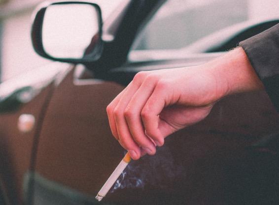prohibido fumar conduciendo