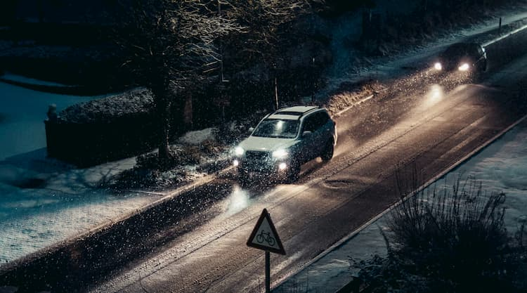 Regular las luces del coche.