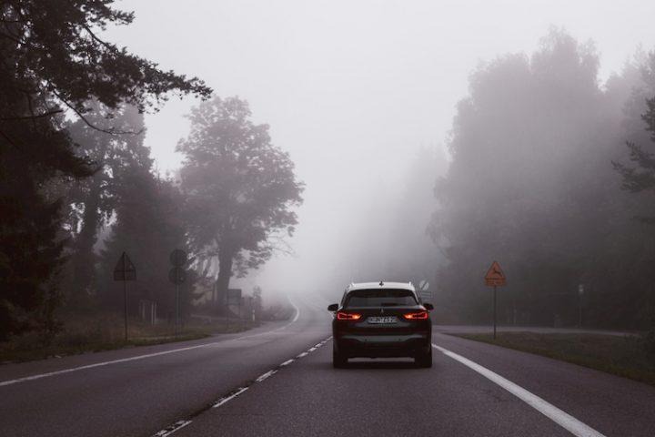 Conducir con niebla.