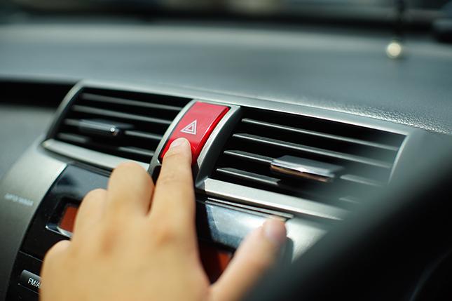 Las luces de emergencia del coche.