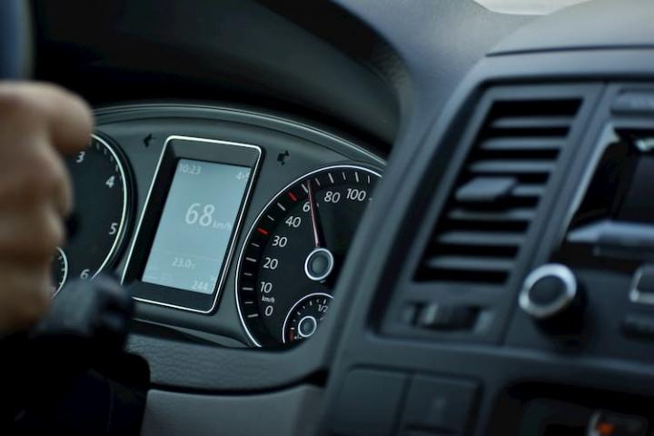 Aire acondicionado del coche: sale calor.