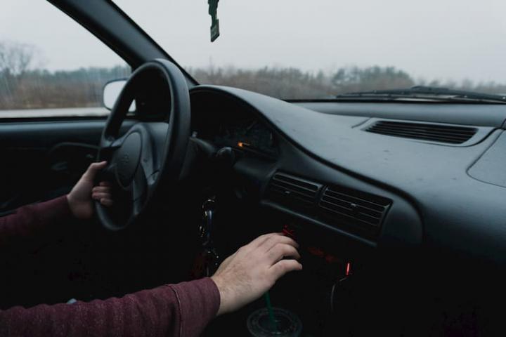 Eliminar el olor a gas dentro del coche.