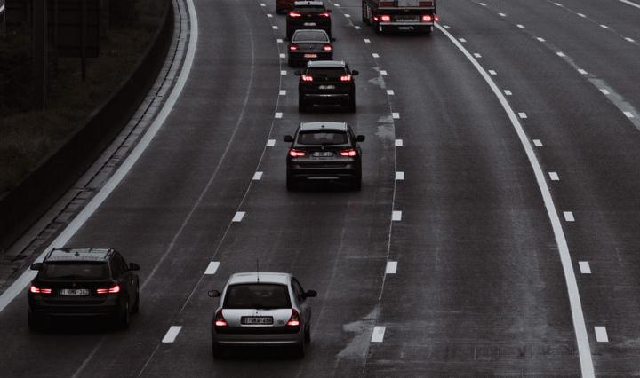 La distancia de seguridad entre vehículos.