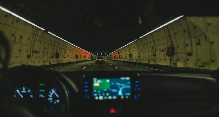 ¿Puedo encender la luz interior del coche sin multa?