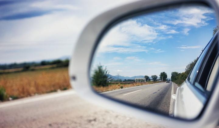 Los espejos obligatorios de un coche.