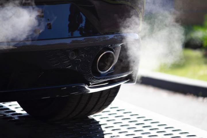 Causas del humo negro en el coche