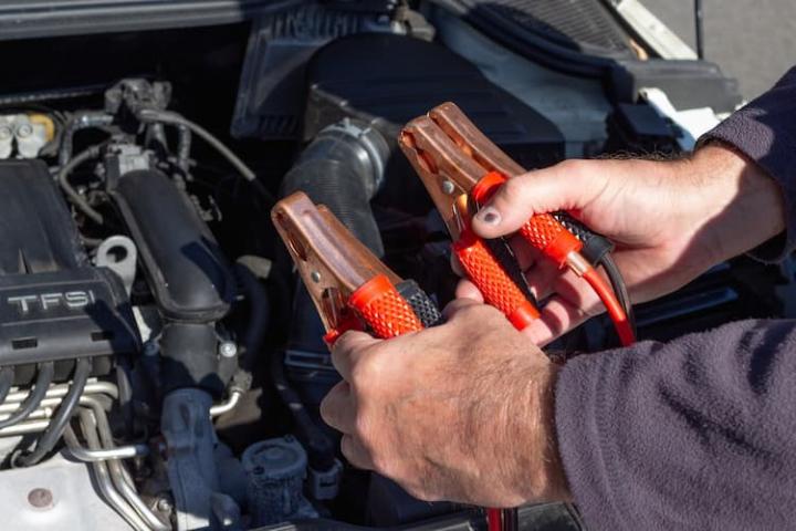 Cómo arrancar un coche sin batería